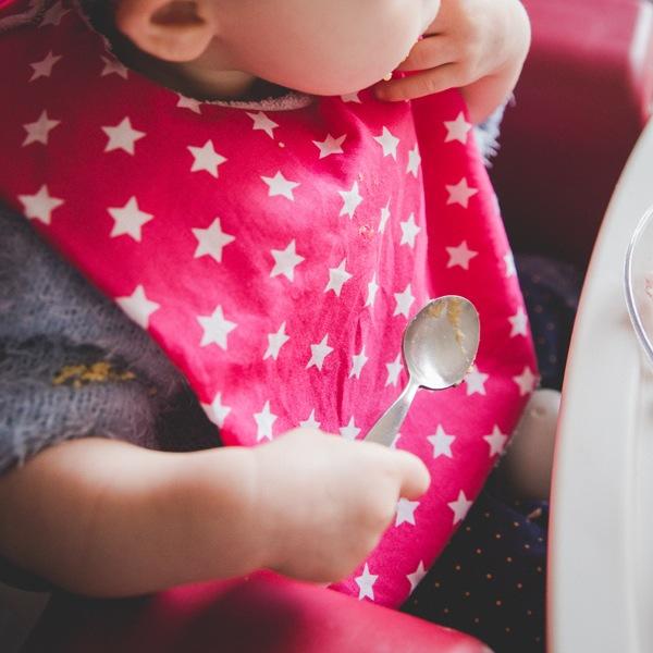 bavoir enfant mange seul